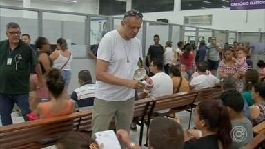Mais de 20 mil eleitores precisam cadastrar as digitais em Itatiba - Em Itatiba, mais de 25 mil eleitores ainda precisam cadastrar as digitais. No cartório da cidade, teve gente que demorou mais de cinco horas para conseguir fazer a biometria.