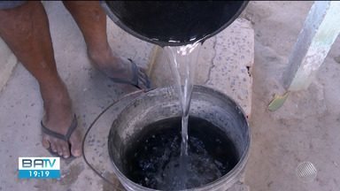 Moradores do povoado Tiquaraçu cobram abastecimento por água encanada no local - As famílias da localidade só recebem água por caminhão pipa, que passa apenas de três em três meses.