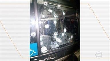 Bandidos assaltam quatro ônibus e deixam passageiros feridos em Curitiba - Passageiros saíram de Santa Catarina para fazer compras em São Paulo e estavam acompanhados por seguranças particulares.
