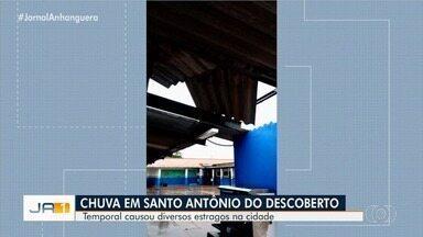 Chuva forte causa estragos em Santo Antônio do Descoberto - A fachada de um comércio foi derrubada e parte do forro de uma escola municipal desabou.