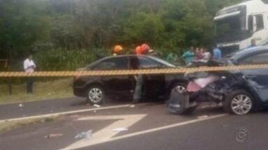 Acidente deixa três feridos em rodovia de Marília - Três pessoas ficaram feridas, entre elas uma criança, em um acidente na manhã desta quinta-feira (19) na rodovia Comandante João Ribeiro de Barros, a Rodovia do Contorno, em Marília.