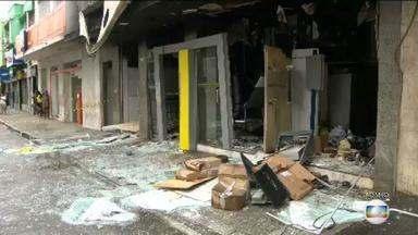 Assaltantes explodem agência bancária e trocam tiros com a polícia na Baixada Fluminense - Crime aconteceu na madrugada desta segunda (23), em Mesquita, e deixou um policial ferido.