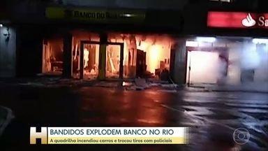 Bandidos explodem agência bancária e trocam tiros com a PM na zona norte do Rio - Antes do assalto, os assaltantes colocaram fogo em um caminhão e um carro e espalharam pregos no asfalto para atrapalhar a açlão dos policiais.