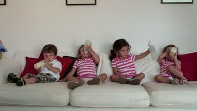 Quatro De Uma Vez Só - No Rio de Janeiro, Taís e Fábio tomaram um susto ao descobrir que teriam quadrigêmeos. O programa acompanha a gravidez e nascimento das quatro crianças.