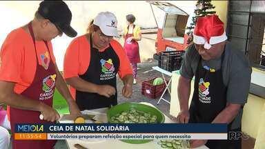 Voluntários fazem ceia de Natal para pessoas em situação de rua - A refeição especial foi preparada em Londrina.