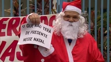 Sindicato dos professores doa ceia de Natal para servidores de Caxias - Os servidores de Caxias irão passar mais um ano com salários atrasados. O sindicato dos professores doou alimentos da ceia de Natal dos funcionários sem salários.