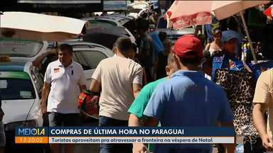 Turistas atravessam a Ponte da Amizade para fazer compras na véspera de Natal - Lojas estão abertas para atender quem decidiu ir para o Paraguai.