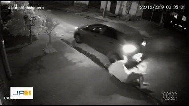 Motorista de aplicativo é esfaqueado durante assalto, em Goiânia; vídeo - Caso tem envolvimento com tiroteio ocorrido no Setor Faiçalville.