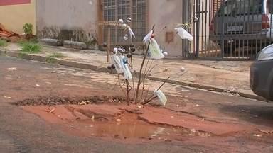 """Moradores sinalizam buracos no clima do Natal e fazem protesto bem-humorado em Bauru - Em Bauru, os buracos fazem parte da rotina e até vão """"comemorar"""" o natal esse ano."""