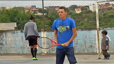 Apaixonado por tênis, professor de inglês de Poá constrói quadra e é elogiado por Guga - O Wantuir se juntou a um grupo de amigos e hoje promove aulas gratuitas para a comunidade em Poá.