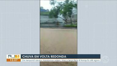 Chuva dos últimos dias deixa Defesa Civil de Volta Redonda em estágio de alerta - Duas casas foram interditadas e os moradores foram para casa de parentes, diz Defesa Civil. Meteorologia prevê mais chuva na cidade nesta semana.