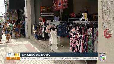 RJ1 mostra movimento para as compras de Natal de última hora - Repórteres Rose Gomes e Maria Mariana estiveram em um dos pontos comerciais mais importantes de Volta Redonda e Angra dos Reis.