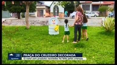 Praça do Cruzeiro recebe decoração natalina reciclável em Carmo do Cajuru - Trabalho foi feito por crianças e mostra além da simplicidade, a união entre escola e família.