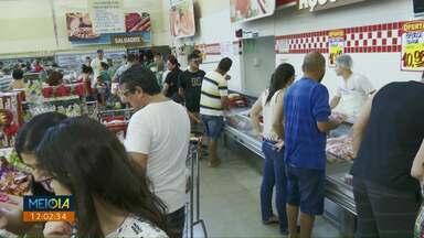 Consumidores lotam supermercados pra fazer as últimas compras pra ceia de Natal - Apesar da queda, preço da carne continua sendo motivo de reclamação.