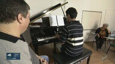 Autista encontra no piano a forma de se comunicar - Instrumento musical se tornou aliado para evolução.