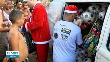 Voluntários aproveitam a época do Natal para presentear crianças com brinquedos - Bairros foram percorridos nesta terça-feira (24).