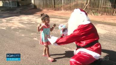Moradora de Nova Esperança traz alegria pra crianças da cidade no Natal - A dona Neide arrecadou bonecas, reformou cada uma delas, pra depois encher de alegria os rostinhos de várias crianças.