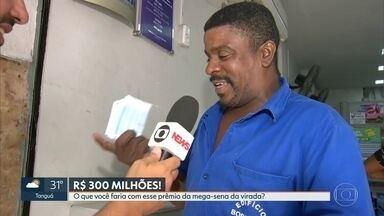 Apostadores jogam na Mega da virada em busca do prêmio de R$300 milhões - Cariocas já fazem fila nas lotéricas para apostar no jogo da virada do ano. Quem também está de folga neste fim de ano, está curtindo o dia na praia.