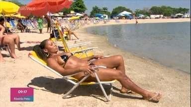 Cariocas aproveitam o verão no Piscinão de Ramos - Biquíni de fita isolante é a sensação nas areias do piscinão!