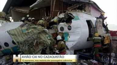 Avião cai no Cazaquistão com 98 pessoas a bordo e maioria sobrevive - Um minuto depois de decolar, o avião perdeu altitude, atravessou um muro de concreto e bateu numa casa de dois andares. Doze pessoas morreram.
