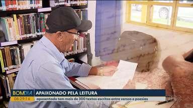 Seu Francisco se tornou um poeta depois de se aposentar - Ele trabalho como cobrador e sempre foi apaixonado por livros.