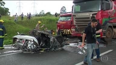 Engavetamentos de carros deixam 600 mortos e 15 mil feridos em 2019 - Acidentes desse tipo estão cada vez mais frequentes e violentos nas estradas do Brasil. Dirigir colado no carro da frente é uma infração grave.