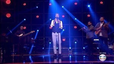 Danilo Vieira canta 'Água de Beber' no palco do 'PopStar' - Confira como foi a apresentação do jornalista na grande final