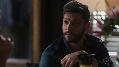 Jeniffer conta como soube da fortuna de Diogo - Diogo fica tenso ao descobrir que Marcos está por trás de tudo