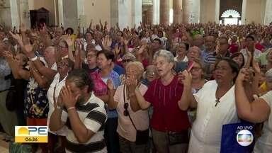 Fiéis participam da primeira bênção de São Félix do ano - Basílica da Penha, no bairro de São Hosé, no centro do Recife, amanheceu lotada.