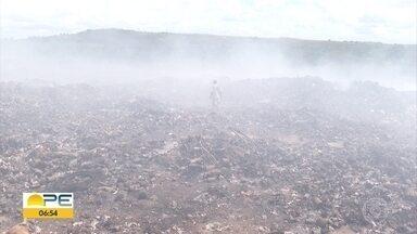 Mau cheiro e queimadas em lixão de Paudalho afetam moradores - De acordo com a prefeitura, depósito de resíduos sólidos deve ser encerrado em 150 dias.