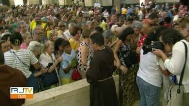 Benção dos Capuchinhos - Celebração reúne fiéis na primeira sexta-feira do ano, na igreja da Tijuca, na Zona Norte do Rio.