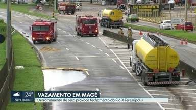 O trânsito está interrompido na Rio-Teresópolis - Uma carreta, carregada com gasolina, bateu no meio fio, o que causou um buraco no tanque. A gasolina vazou. No sentido Teresópolis , o desvio é pelo bairro Suruí. No sentido Rio, o trânsito está em meia pista.