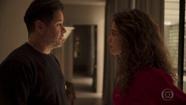 Raul diz para Érica que não se lembra do que aconteceu entre ele e Estela - A filha de Lurdes fica intrigada ao saber que foi a piloto quem contou para o empresário que eles passaram a noite juntos