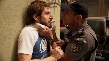 Vicente revela a Belizário o que descobriu sobre Verena e Genilson - O policial pressiona o ex-marido de Betina após flagrá-lo extorquindo a esposa de Álvaro