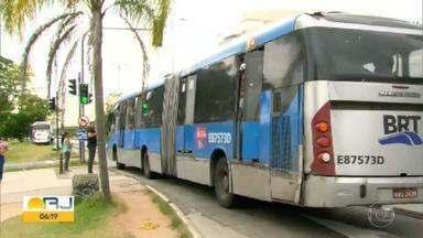 Depredação de ônibus do BRT no Réveillon afeta quase 20 mil pessoas - Dezesseis ônibus foram retirados de circulação por causa de vandalismo. Apenas quatro desses veículos voltaram a rodar na sexta (3).
