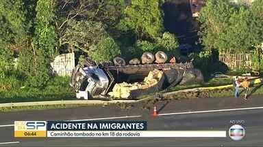 Acidente na Rodovia dos Imigrantes - Caminhão tombou na pista sentido litoral.
