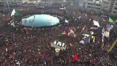 Em Teerã, multidão acompanha funeral de general iraniano e pede vingança - Qassem Soleimani, segundo homem mais poderoso do Irã, foi morto no Iraque, num ataque dos EUA. Secretário de Defesa americano negou que os EUA tenham planos de deixar o Iraque.