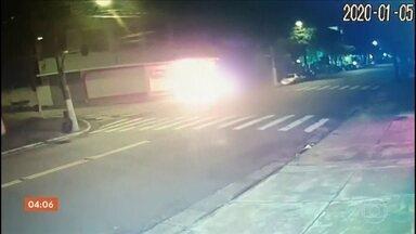 Polícia de SP busca homem que aparece em vídeo ateando fogo em morador de rua - Carlos da Silva chegou a ser socorrido, mas, com 70% do corpo queimado, não resistiu e morreu. Polícia aponta carroceiro que circula pelo bairro como suspeito do crime.