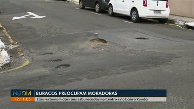 Moradores reclamam de ruas esburacadas na região do centro e no bairro Ronda - Alguns moradores têm problemas para entrar e sair com o carro da garagem, por causa dos buracos.