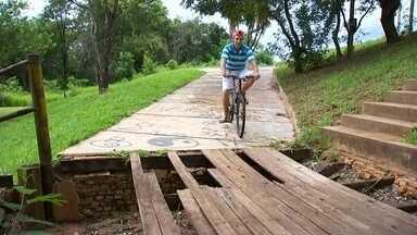 Moradores reclamam de más condições em parque de Tanabi - Moradores estão reclamando das condições do Parque Ecoturístico de Tanabi (SP). Segundo eles, a maior preocupação é com a ponte que está com várias tábuas quebradas e o corrimão caído.