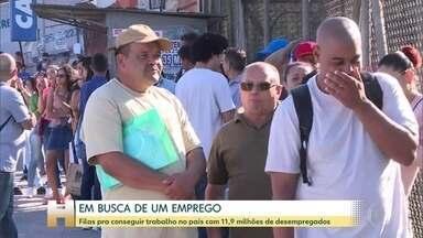 Centenas de pessoas enfrentam longas filas em busca por emprego - Na esperança de conseguir um trabalho neste começo de ano, centenas de pessoas fizeram fila para participar da seleção de vagas em três capitais do país: Rio de Janeiro, São Paulo e Belo Horizonte. Quase 12 milhões de pessoas estão desempregadas no Brasil.