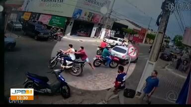 Câmeras flagram ação de bandidos em joalheria da Paraíba - Cliente foi baleado durante assalto na cidade de Solânea.
