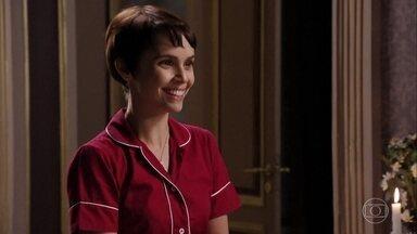 Nina finge estar feliz com a alegria de Carminha - Ivana entra chorando no quarto de Carminha