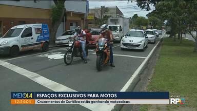 Espaços exclusivos para motos - Cruzamentos de Curitiba começam a ganhar motocaixas.