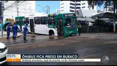 Ônibus fica preso em buraco e interfere no trânsito na manhã desta quinta, na Graça - Situação já foi controlada.