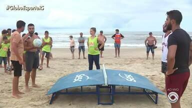 Em Capão da Canoa, turistas praticam futmesa, mistura de futebol, vôlei e tênis de mesa - Assista ao vídeo.
