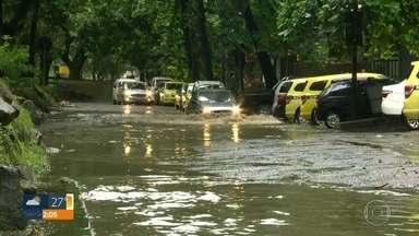 Chuva forte alaga ruas de São Conrado, na Zona Sul - Rocinha foi o local da cidade onde mais choveu. Em 24 horas caiu a metade da chuva esperada para o mês todo.