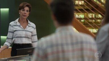 Vera avisa aos funcionários da editora que Nana perdeu o bebê - Silvana tenta seduzir Mário