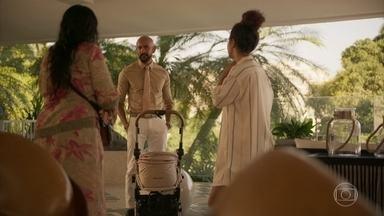 Álvaro aconselha Lurdes a convencer Camila a desistir de lutar por escola - Verena libera a babá do trabalho para que ela passe a noite com a filha no hospital