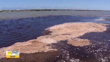 Mancha escura surge no mar por causa de obra em condomínio em Muro Alto - Condomínio afirma que não há riscos para a saúde na obra, que acontece em Ipojuca.